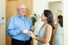 L'homme supérieur heureux est venu pour mûrir la femme avec le présent Images libres de droits