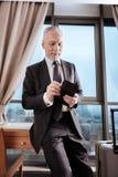 L'homme supérieur heureux a trouvé sa carte de crédit Photographie stock libre de droits