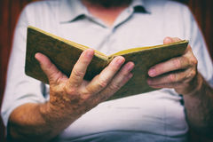 L'homme supérieur lit le vieux livre Photo libre de droits
