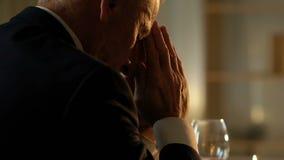 L'homme supérieur priant à la table avant le dîner de fête, se rappelant a disparu l'épouse banque de vidéos