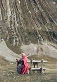 L'homme supérieur s'assied sur le banc dans la montagne Photos libres de droits