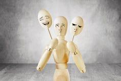 L'homme sur l'étape ne peut pas choisir un masque gai ou triste Images libres de droits