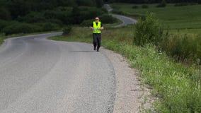 L'homme sur la route courent lentement banque de vidéos