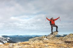 L'homme sur le dessus de la montagne photo stock