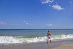 L'homme sur le rivage arénacé Image libre de droits