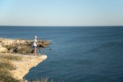 L'homme sur le vélo sur le bord de la mer Images stock