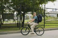 L'homme sur une bicyclette Images libres de droits