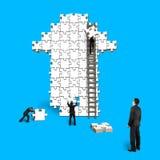 L'homme surveillent le travail d'équipe pour des puzzles dans la forme de flèche Image libre de droits