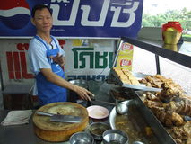 L'homme thaï prépare et vend les nourritures thaïes. Image libre de droits
