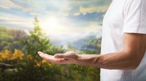 L'homme tient la main sur le fond de forêt naturelle photo stock