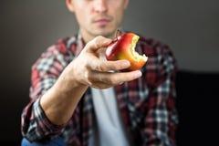 L'homme tient la pomme Photos libres de droits
