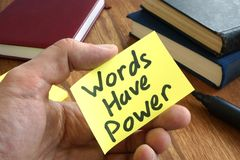 L'homme tient le bâton de note avec des mots ont la puissance images libres de droits