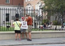 L'homme tient le signe de DÉCHIRURE de Walter Scott, Charleston, la Caroline du Sud photos libres de droits