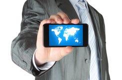 L'homme tient le téléphone intelligent avec la carte Photo libre de droits
