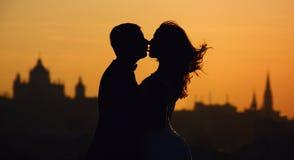 L'homme tient l'offre de femme se tenant avant une grande vue sur New York photo stock