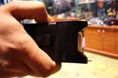 L'homme tient une arme à feu de stupéfaction photo libre de droits