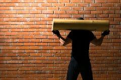 L'homme tient une ouverture en bois le sien de retour, faisant folâtre dans le hall avec une gauche sur le mur de peinture un esp Photographie stock libre de droits