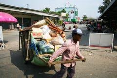 L'homme tire un chariot, Thaïlande. Image libre de droits