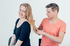L'homme touche ses cheveux Scène d'amour de soirée Photographie stock