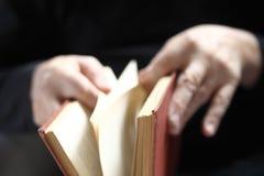 L'homme tourne des pages de livre Image stock