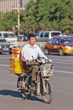 L'homme transporte des boîtes sur un e-vélo, Pékin, Chine Photographie stock libre de droits