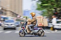 L'homme transporte le scooter de l'ARO de boîtes, Changhaï, Chine Photographie stock libre de droits