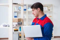L'homme travaillant dans l'entrepôt postal photo libre de droits