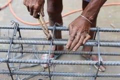 L'homme travaille aux étriers de faisceau Photo libre de droits
