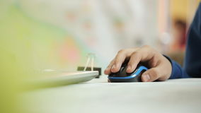 L'homme travaille avec la souris électronique noire dans le bureau clips vidéos