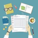 L'homme travaille avec les documents financiers Concept des factures de paiement, paiements, impôts Les mains humaines tiennent l illustration stock
