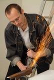L'homme travaille avec une scie de circulation Photo stock