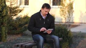 L'homme travaille avec une tablette clips vidéos