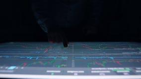 L'homme travaille des diagrammes, table interactive sensorielle d'écran tactile d'indicateurs de diagramme banque de vidéos