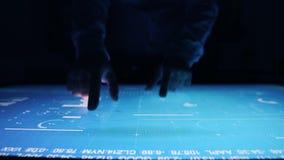 L'homme travaille des diagrammes, table interactive sensorielle d'?cran tactile d'indicateurs de diagramme clips vidéos