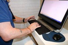 L'homme travaille sur l'ordinateur images libres de droits