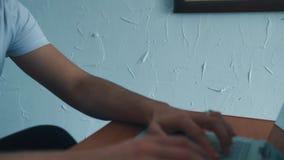 L'homme travaille sur un ordinateur portable banque de vidéos