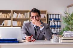 L'homme triste dans le concept en ligne de datation Images stock