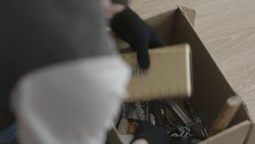 L'homme a trouvé l'argent dans la boîte L'homme recherche quelque chose dans une boîte banque de vidéos