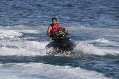 L'homme turc non identifié glisse au-dessus des vagues du Mediterran Images libres de droits