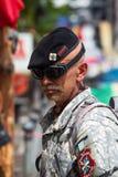 L'homme ukrainien inconnu dans l'uniforme est une démonstration de partie à la place de l'indépendance à Kiev Photo libre de droits