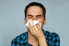 L'homme a un écoulement nasal images stock