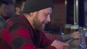 L'homme utilise le téléphone portable au bar banque de vidéos