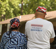L'homme utilise le T-shirt avec des mots de tyrannie au rassemblement de thé Images libres de droits