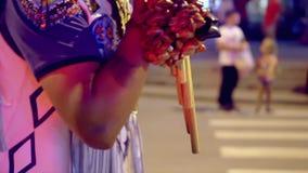 L'homme utilise les instruments de musique peu communs Ville de nuit Incendies de la ville de nuit clips vidéos
