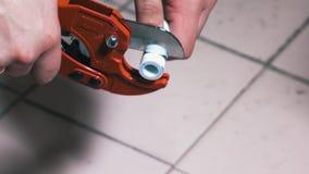 L'homme utilise un outil de coupe pour la coupe des tuyaux de polypropylène clips vidéos