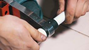 L'homme utilise une machine de chauffage pour la soudure des tuyaux de polypropylène clips vidéos