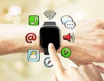 L'homme utilise une montre intelligente, avec les icônes sociales de media illustration libre de droits