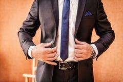 L'homme utilise une veste Photo libre de droits
