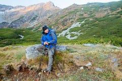 L'homme va à la montagne avec des bâtons pour le trekking dans un temps merveilleux d'automne photos libres de droits