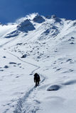 L'homme va sur le dessus de montagne Image libre de droits